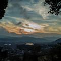 夕陽と渦巻き状の雲