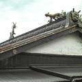 個性的な鬼瓦と屋根の上の虎と龍