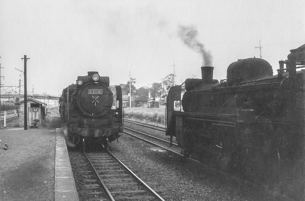 Photos: 蒸気機関車がすれ違う昭和40年代初頭の八高線拝島駅