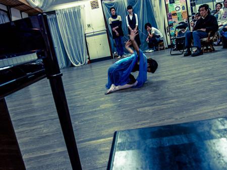 バレエの稽古場でパフォーマンス2@モダンダンスのスタイルで
