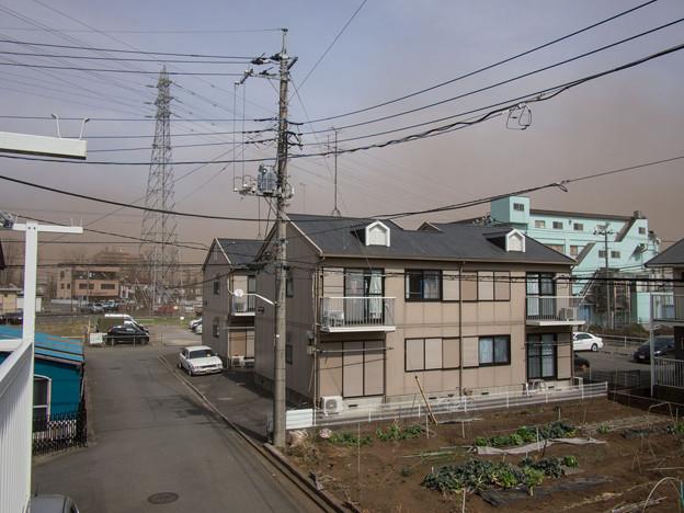 凄い強風で、しかも煙霧?