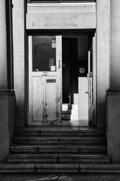 Photos: レトロで最新式の扉