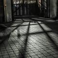 写真: 牢獄の透明人間達