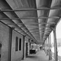 写真: 赤レンガ倉庫の通路の遠近感