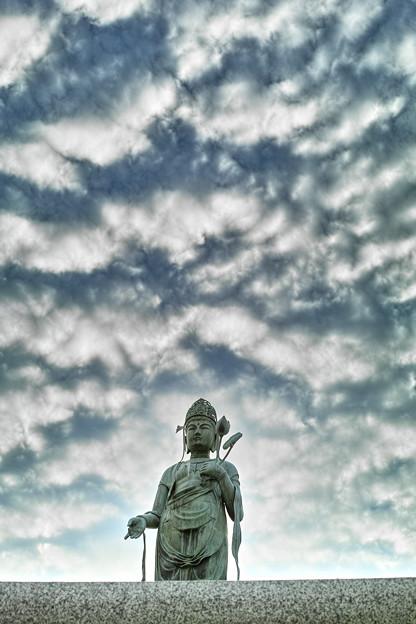 Photos: うろこ雲を従える観音様3