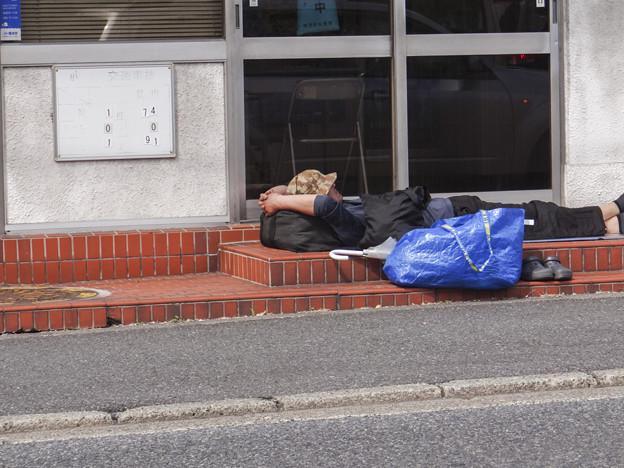 交番の前で寝る!