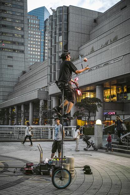 Photos: 炎とボールのジャグリングをこの高さで!