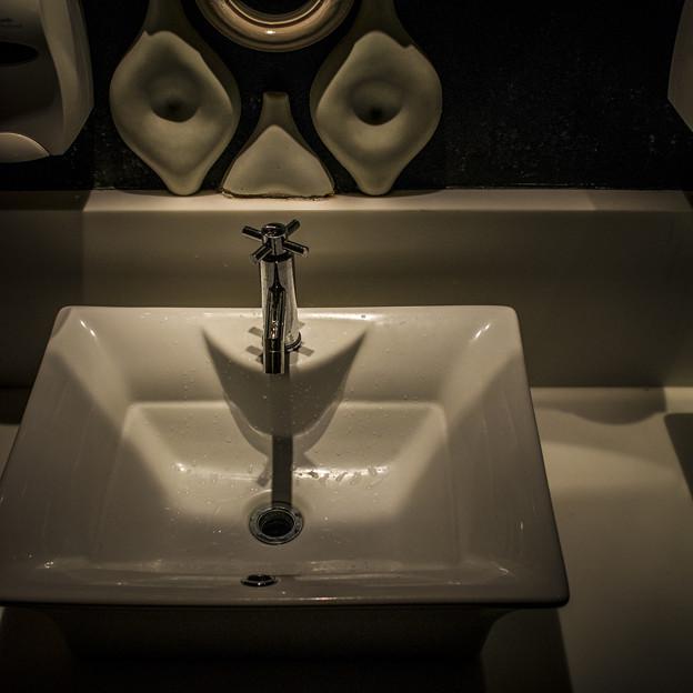 カフェ・ラ・ボエム横浜店のトイレの洗面台はまるで「顔」でした