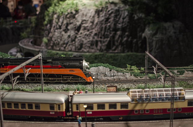 客車が駅を通過する横でSLも通過。