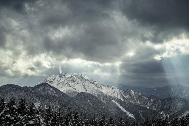 Photos: 焼岳の噴煙と天使の梯子