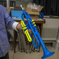 ポップな青と黄色のトランペット