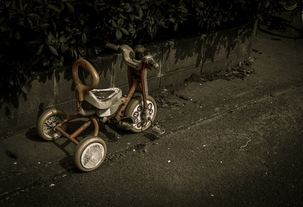 Photos: 路地に三輪車が放置されても
