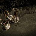 路地に三輪車が放置されても