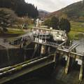 車窓から見えたダムの施設の一部