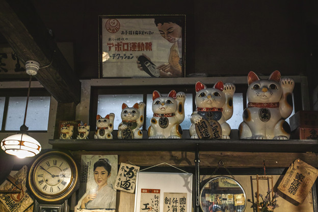 Photos: マトリョーシカ的左手挙げ招き猫(爆)@高山昭和館