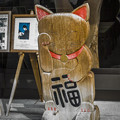 平面的な木彫の招き猫