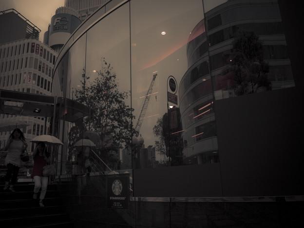 Photos: 都会の空はリフレクションでも鑑賞できる