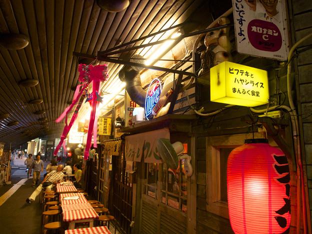 Photos: 有楽町、レトロなまんぷく食堂の左手挙げ招き猫