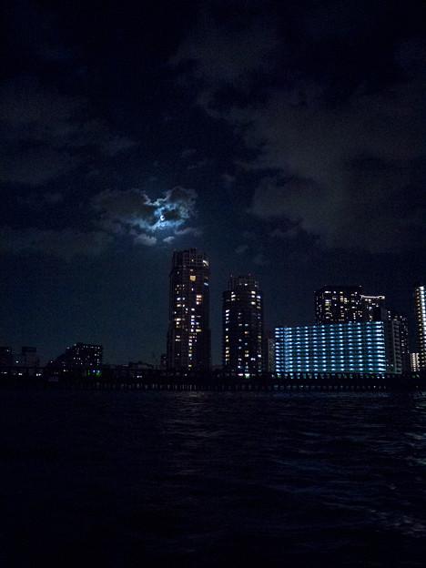写真: 屋形船から見る月と都市景観-2