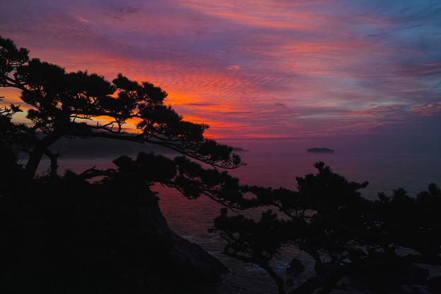 Photos: 東京、式根島のぐんじ山展望台からの日の出