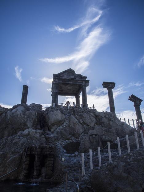 Photos: 神殿の下には口を開けた顔が(爆)