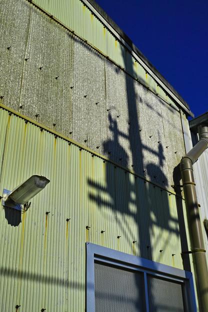 Photos: 微笑む「電柱の影と窓」(爆)