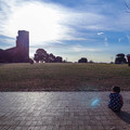 座る子ども、見上げる大人、そして根岸競馬場跡