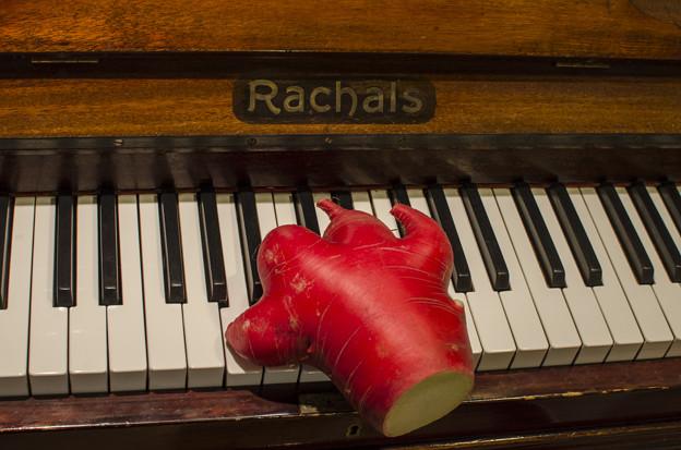 指が太すぎて、鍵盤を二つ押してしまうのですが、、