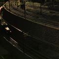 写真: 闇を切り裂く列車