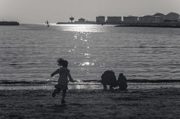 写真: 駆け寄る少女