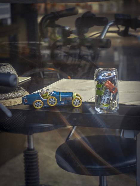 ガラスに映った自転車のハンドルが主役
