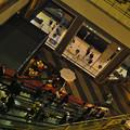写真: 駅のホーム,レストラン,エスカレーターが同時に見える場所