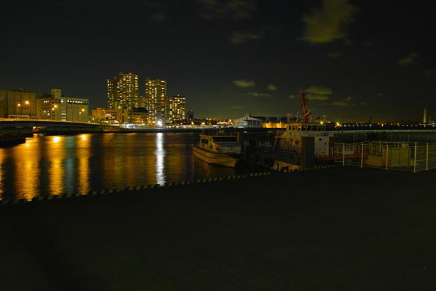 都会の港の夜の静寂
