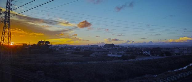 雲を捉えようとする電線(#^.^#)