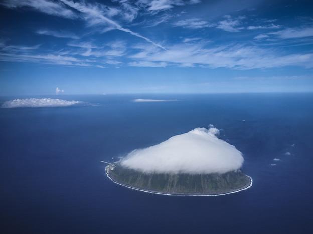 写真: 綿飴に覆われた丸い島、伊豆諸島の利島