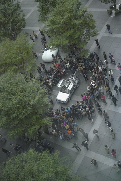 写真: この後デロリアンの周りには段々と人数が増えていきました