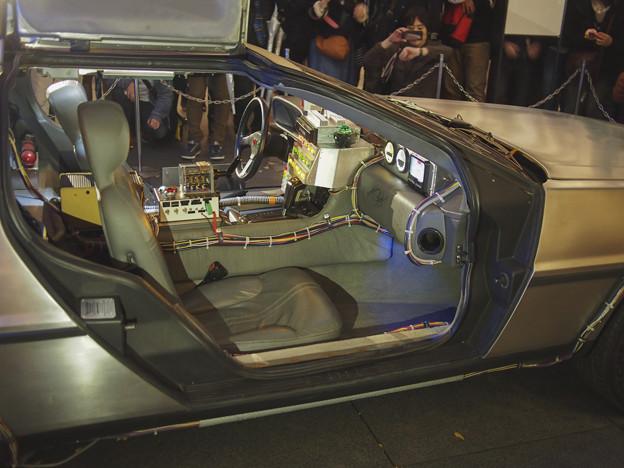 写真: ピン暈けたデロリアンの運転席周り
