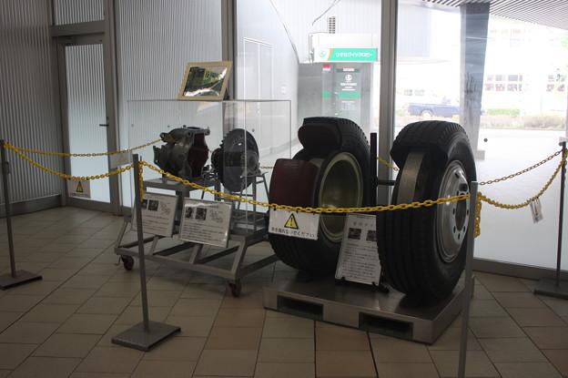 鉄道博物館駅改札前に展示されているゴムタイヤ