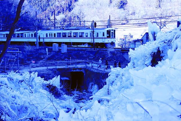 Photos: 西武電車 VS 氷柱