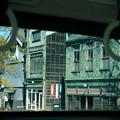 写真: 路面電車の車窓から