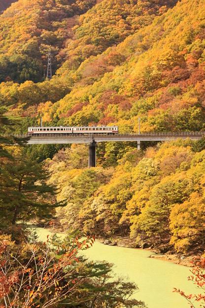 秋渡る電車