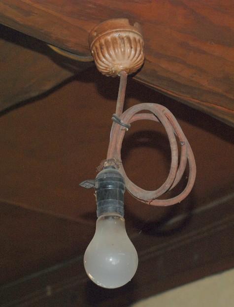 物置の裸電球