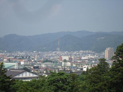 鶴ヶ城から飯盛山方面を望む