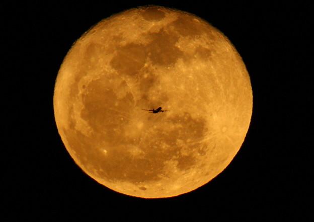 十六夜の月と飛行機(小)  2013-01-28