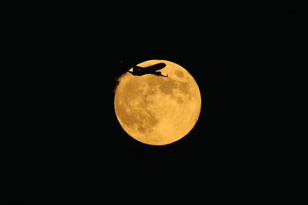 中秋の名月と飛行機(やや上) 2013-09-19