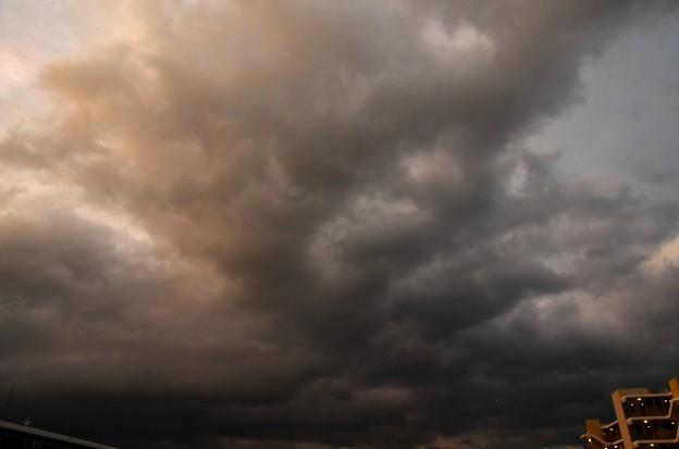 写真00035 四番館の上には、津波のような雨雲が