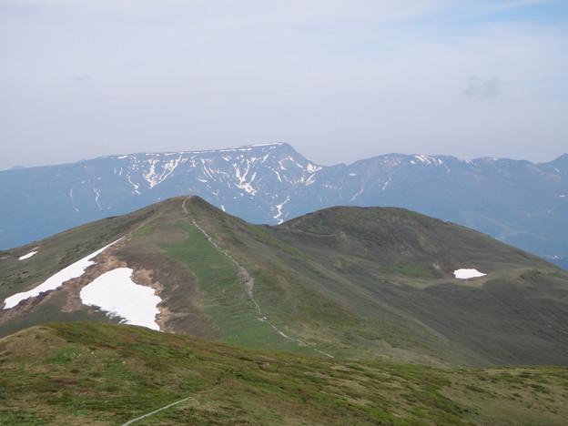仙ノ倉山途中からの平標山と苗場山