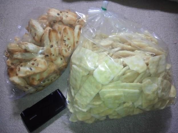写真: 大きさ伝わるかなw厚みもスゴい、おかきと煎餅。右の大袋、私一人で...