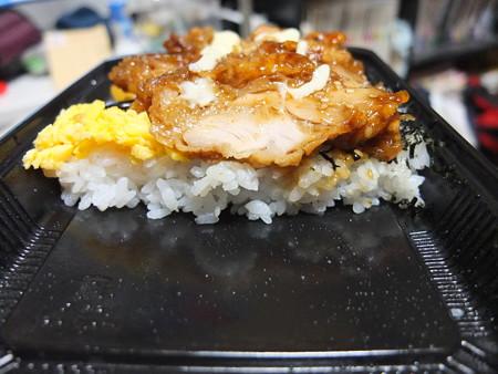 セブンイレブン 甘辛タレの鶏唐揚げ弁当 断面図