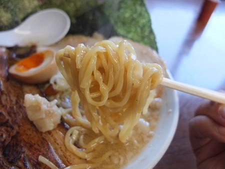 青海らーめん誠や 誠 背脂多め 肉増し(チャーシュー4枚)&山盛り炒め野菜トッピング 麺アップ